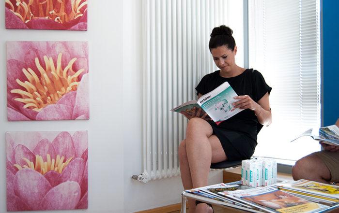 Patient liest die Zeitschrift mit dem Top-Cover im Wartezimmer