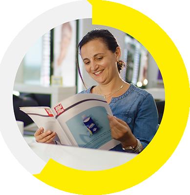 Leser des Lesezirkels in der öffentlichen Auslage